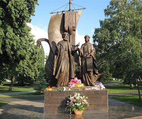 В Ярославле памятник свв